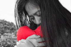 Черно-белые женщины обнимают красное сердце Стоковое фото RF