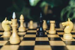 Черно-белые диаграммы шахмат на шахматной доске Селективный фокус на черной диаграмме епископа Стоковые Фотографии RF