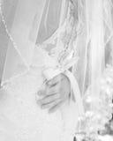Черно-белые изображения grooms вручают отдыхать на его невестах более низко назад Стоковые Фотографии RF