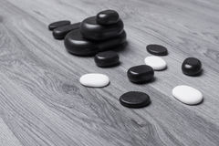 Черно-белые камни массажа на серой доске Стоковые Изображения RF