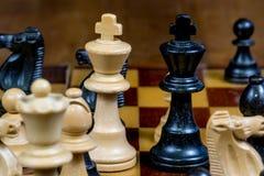 Черно-белые короля и другие диаграммы шахмат на шахматной доске Стоковое Фото