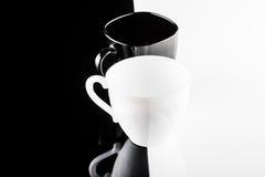 Черно-белые кофейные чашки с плитами Стоковое Изображение RF