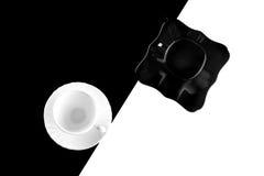 Черно-белые кофейные чашки с плитами Стоковые Фото