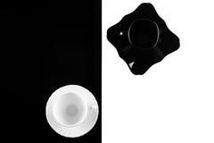 Черно-белые кофейные чашки с плитами Стоковое Изображение