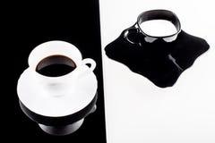 Черно-белые кофейные чашки с плитами Стоковая Фотография