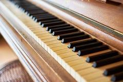Черно-белые ключи рояля на историческом рояле с ключами цвета слоновой кости Стоковые Изображения
