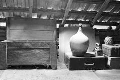 Черно-белые объекты стекла, деревянных и металлических в чердаке с пылью и spiderwebs Стоковое Изображение RF