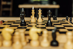 Черно-белые шахматные фигуры на доске во время игры Стоковые Изображения RF