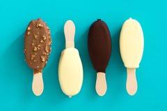 Черно-белые popsicles мороженого шоколада на голубой предпосылке Стоковые Изображения