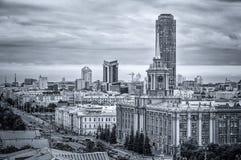 черно-белый бизнес-центр Екатеринбурга, столица панорамы Ural, России, зоны 5 лет, 15 08 2014 года Стоковая Фотография