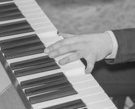 Черно-белый, близкий вверх руки женщины играя рояль Стоковые Изображения