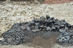 Черно-белый камень, известняк на каменном карьере 2 Стоковые Фото
