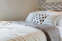 черно-белый комплект цвета подушек на кровати в современной спальне Стоковое Фото