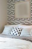 черно-белый комплект цвета подушек на кровати в современной спальне Стоковые Изображения