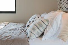 черно-белый комплект цвета подушек на кровати в современной спальне Стоковое Изображение