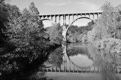 Черно-белый мост и отражение моста стоковые фотографии rf