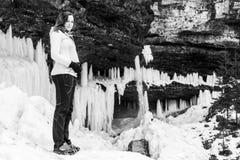 Черно-белый портрет беременной женщины в зиме Стоковое фото RF