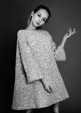 Черно-белый портрет девушки в пальто одежды из твида Стоковые Изображения