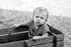 Черно-белый портрет девушки малыша в деревянной фуре Стоковые Фото