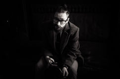 Черно-белый портрет красивого взрослого человека посылая текстовое сообщение, сообщения чтения бизнесмена, стильное использование Стоковое Изображение