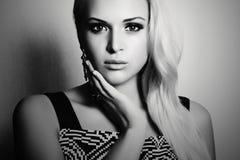 Черно-белый портрет красивой белокурой женщины девушка платья красотки предпосылки голубая изолированная сверх Стоковое Изображение RF