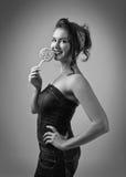 Черно-белый портрет красивой женщины с леденцом на палочке Стоковое Фото
