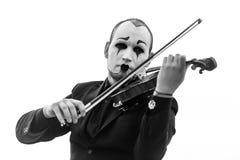 Черно-белый портрет пантомимы играя скрипку изолированную на белизне Стоковая Фотография RF