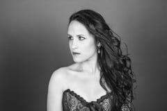Черно-белый портрет серьезной красивой женщины с волосами mo Стоковая Фотография
