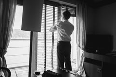 Черно-белый портрет стильного бизнесмена смотря из w Стоковые Изображения RF
