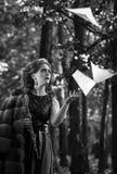 Черно-белый портрет эмоционального oboist женщины бросая вверх мюзикл покрывает Стоковое Изображение
