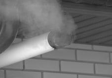 Черно-белый, под крышей печная труба с дымом Стоковые Фото