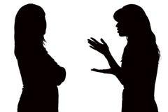 Черно-белый силуэт отношений между мамой и дочь-подростком Стоковое фото RF