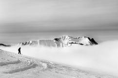 Черно-белый силуэт snowboarder на острословии наклона -piste Стоковое Изображение