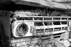 Черно-белый старый автомобиль с ограниченной сфокусированной частью Стоковые Изображения RF