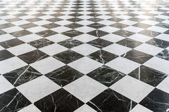 Черно-белый checkered мраморный пол Стоковые Фотографии RF