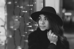 Черно-белый monochrome фотографии искусства, девушка в шляпе Стоковое Изображение