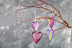 Черно-розовые сердца висят на ветвях на серой конкретной предпосылке изолированный вектор варианта вала знака предмета влюбленнос Стоковая Фотография RF