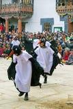 Черно-necked танец на монастыре Gangtey, Gangteng крана, Бутан Стоковая Фотография