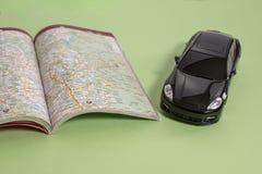 Черные автомобиль и дорожная карта игрушки предпринимательского класса в версии книги стоковое изображение rf