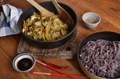 Черные лапши риса с stir зажарили овощи & семена сезама Стоковые Изображения RF