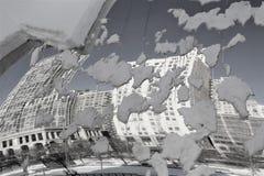 Черные & белые здания Чикаго отраженные в стробе облака фасоли Snowy стоковая фотография