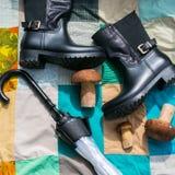 Черные ботинки и зонтик Стоковые Фото