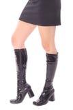 черные ботинки кроют кожей миниую юбку Стоковое Фото