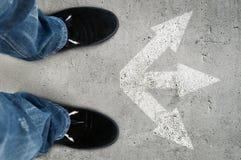 Черные ботинки на дороге Стоковое Фото