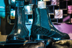 Черные ботинки на фиолетовом кресле Стоковые Изображения