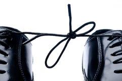 черные ботинки пар связанные совместно стоковая фотография rf