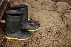 черные ботинки резиновые Стоковые Изображения