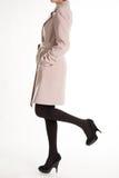 Черные ботинки с бежевым пальто Стоковые Фотографии RF