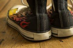 Черные ботинки с огнем Стоковое Фото