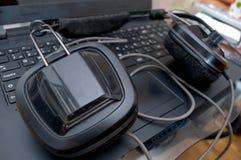 Черные большие наушники dj вышли на компьтер-книжку после смешивая музыки Стоковые Фотографии RF